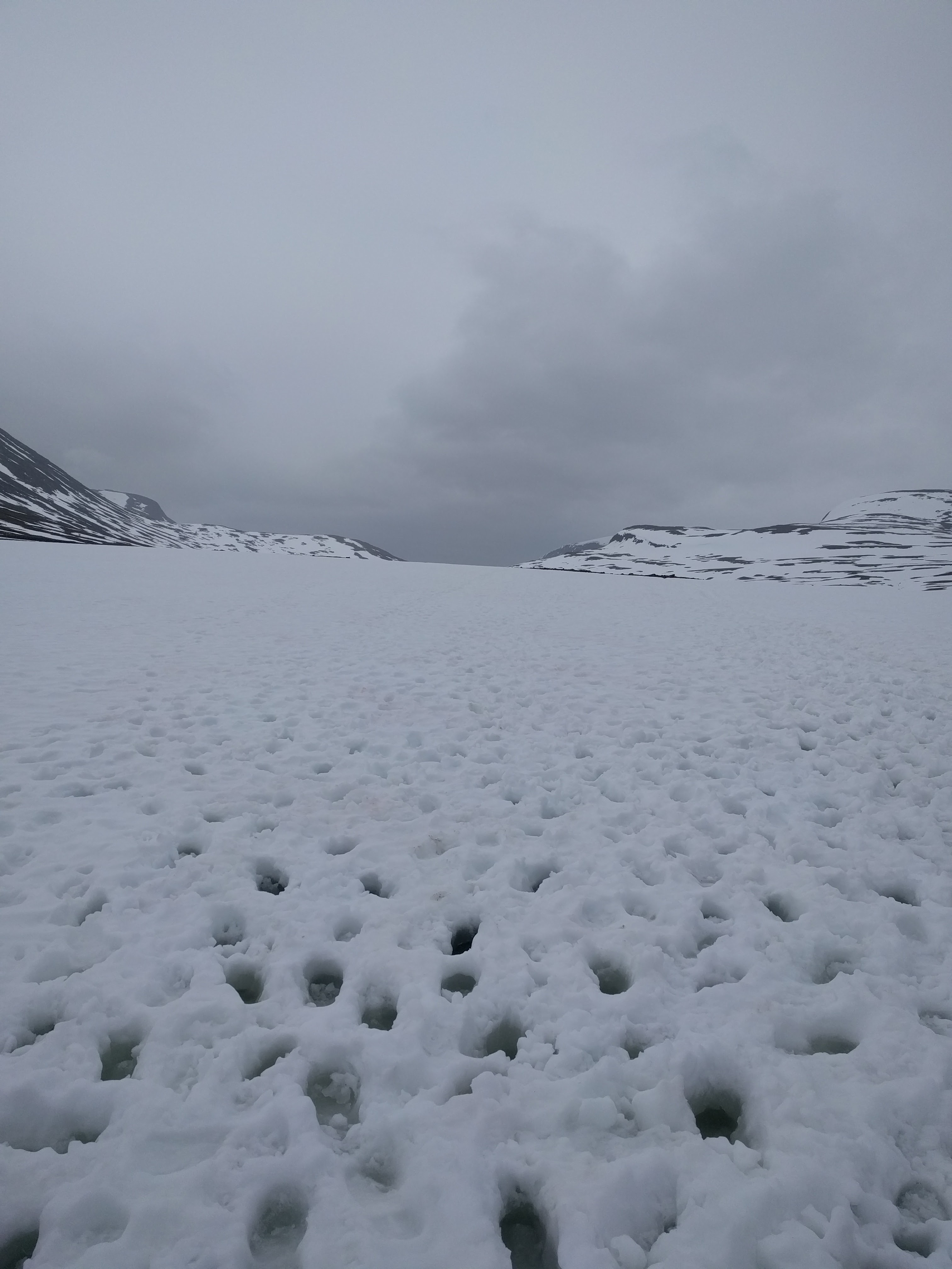 Walking up the snowy mountains to Tjäktja